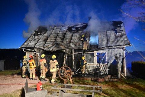 OVERTENT: Et bolighus i Svelvik var overtent mandag morgen.