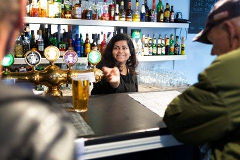 ØKONOMISKE VANSKER: Sinthuja Mahatheva (36) er bekymret for fremtiden til Home Cafe Bar. Bildet er fra september 2019, tre måneder etter at hun overtok stedet som tidligere het Corner Bar.