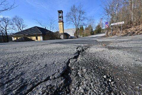 Veien bak krematoriet i Drammen er en av veiene som skal få sårt tiltrengt stell i løpet av året.