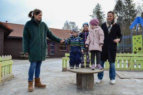 Gøril Tjelle, Selma og Halvor Tjelle Lien, Josefine Øverby Markussen og Vibeke Øverby Markussen er alle fornøyde med Espira Gåserud barnehage.