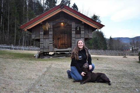 KRITISERER SUKSESS: NRK-serien «Fra bølle til bestevenn», der Maren Teien Rørvik fra Sande får skikk på uoppdragne hunder, har fenget mange. Nå mottar TV-serien kritikk fra hundeorganisasjon.
