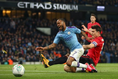 Manchester United's Harry Maguire i duell med Manchester Citys Raheem Sterling.