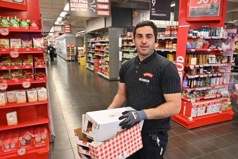 MYE Å GJØRE: Musli Ahmeti og de andre ansatte på Meny har svært mye å gjøre om dagen, mens andre stort sett jobber hjemmefra.