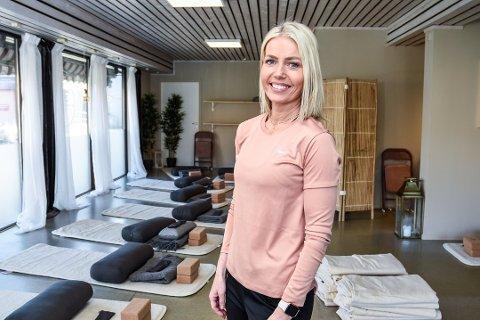 TELEFONLINJE: Anette Haugnæss åpnet sitt eget yoga-studio i Mjøndalen i januar, men korona har satt en stopper for de fysiske timene. I forrige uke begynte hun å ta imot samtaler fra folk som har det litt ekstra tøft i korona-krisa. De som har ringt inn til nå, bor i Eiker og er 40- 65-års alderen.