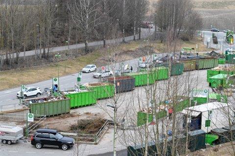 NORMALT: Slik så det ut på Lindum i Drammen tirsdag formiddag. Gjenvinningsselskapet forbereder seg på at det kan bli større pågang i tiden fremover, og har gjort tiltak for å hindre spredning av korona-viruset.