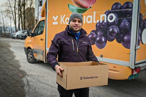 JOBBER MYE: Rayddy Cabreja er sjåfør i Kolonial og har nok å gjøre om dagen. Her leverer han mat på døra til folk i Drammen.