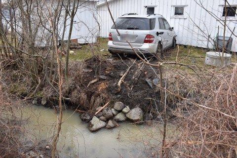 OVER BEKKEN: Bilen som krasjet i en hyttevegg i Hyggen onsdag, suste først over bekken fra nabotomta.