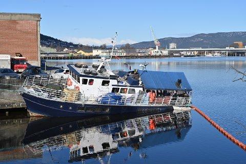KRAFTIG SLAGSIDE: Trebåten Kaholmen med ståloverbygg har tatt inn mye vann, og ligger med sterk slagside ved enden på Tangenkaia.
