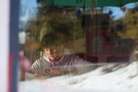 MÅ HOLDE SEG HJEMME: Det ble ingen skole på Emil Raakilde Edvardsen i dag (torsdag), han er nemlig i korona-karantene hjemme i Svelvik. I dag eller i morgen får 17-åringen vite om han faktisk har viruset.