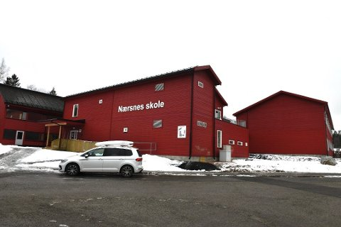 SMITTET: Fredag kveld ble det klart at tre ansatte ved Nærsnes barneskole har fått påvist koronavirus. Nå holdes hele 6. trinn i karantene.