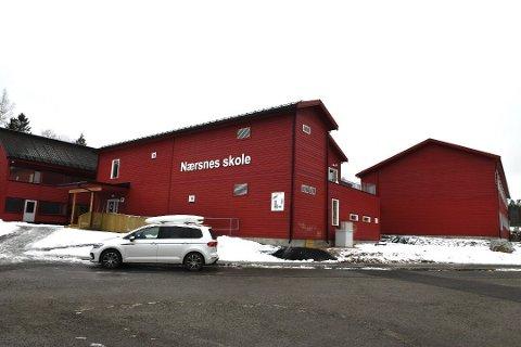 Elevene i 6. klasse ved Nærsnes barneskole er ikke på skolen mandag som følge av at de har vært i nærkontakt med en av de ansatte som har fått påvist koronasmitte.