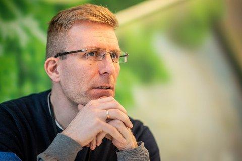 Kommuneoverlege John David Johannessen ber drammensere stålsette seg for «nokså høye smittetall den nærmeste tiden».
