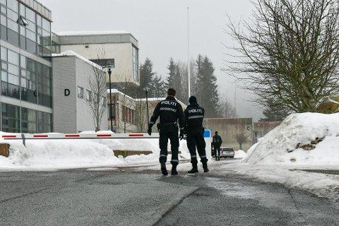 Knivstikkingen skjedde på skolebussen til Røyken videregående skole i mars 2018.