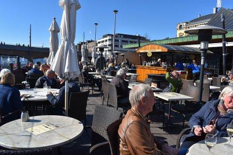 Skutebrygga er et av serveringsstedene som har åpnet etter korona-stengingen. På åpningsdagen fredag tok flere turen for å nyte sol og servering.