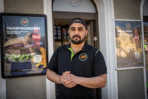 FORSINKET ÅPNING: Assad Khan (27) åpnet dørene til Jafs i Griffenfelds gate tirsdag. Egentlig skulle gatekjøkkenet åpnet 1. mars, men det satt korona-viruset en stopper for. – Jeg må bare prøve, og se hvordan det går, sier han.