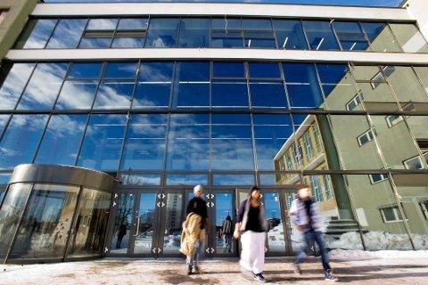 UVANT SITUASJON: Norske elever har måttet holde seg borte fra skolen - og i stor grad venner - de siste fem ukene. Rektorer på flere videregående skoler i Drammen sier at elevene synes hjemmeskole-situasjonen er vanskelig  (Illustrasjonsbilde Drammen videregående skole.