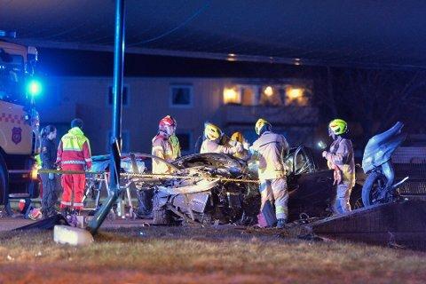 TOTALVRAK: En 18 år gammel mann ble hardt skadet i den alvorlige trafikkulykken under motorveibrua.  Personen er nå utenfor livsfare.