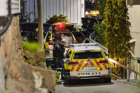Bevæpnet politi rykket søndag kveld ut til Bandidos-huset på Tangen etter melding om en voldshendelse som har skjedd på en adresse langs Svelvikveien.
