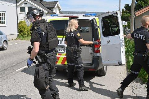 PÅGREPET: Her har en av de pågrepne blitt satt i cellebilen. Turen gikk videre til Drammen politistasjon for avhør.