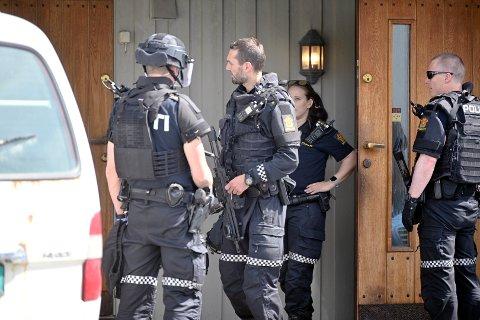 AKSJON: Politiet bevæpnet seg i forbindelse med politiaksjonen i Mjøndalen. Et våpen ble beslaglagt og to personer ble pågrepet.