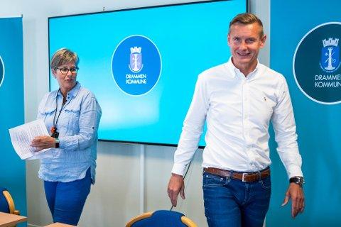 INFORMERTE: Anne Gjemmestad Nilsen og Thomas Larsen Sola informerte om nye regler i skole og barnehage under torsdagens pressebrief i kommunen.
