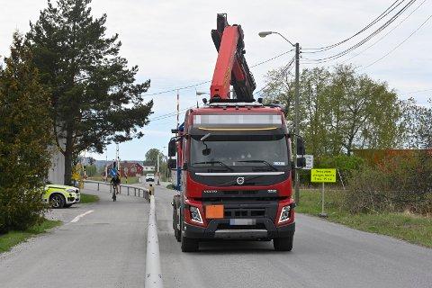 En lastebil har kjørt ned en kjøreledning ved Jernbaneovergangen i Semsveien i Hokksund. Togstrekningen er midlertidig stengt for trafikk.
