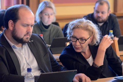Simon Nordanger (t.v.) fremmet forslaget fra posisjonspartiene som fikk flertall i kommunestyret torsdag kveld.