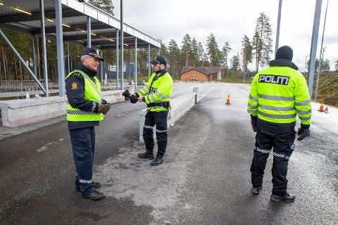 Politiet kontrollerer grenseovergangen ved Magnor i Innlandet.