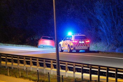 IKKE ALVORLIG: Politiet fikk melding om en bil som hadde kjørt av veien på E18 i Lier torsdag kveld, men det viste seg å ikke være alvorlig.