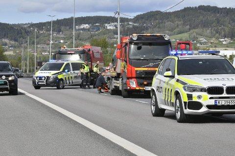 STORE SKADER: To av bilene måtte taues etter ulykken.