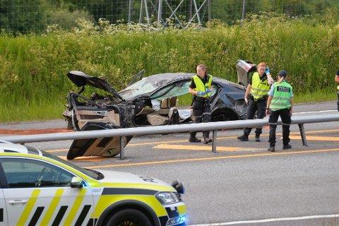 TOTALVRAK: Bilen gikk rundt og ble fullstendig smadret i ulykken.