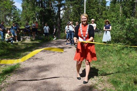 Ordfører Monica Myrvold Berg kastet glans over åpningen av den nye trimløypa og naturstien på St. Hansberget.