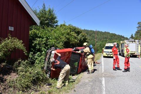 PÅ SIDEN: Sjåføren kom seg ut av bilen på egen hånd etter ulykken fredag ettermiddag.