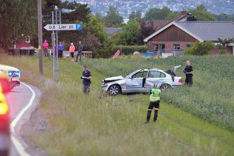 Biljakten endte på dette jordet ved Lierkroa i fjor sommer. Ingen ble skadet, men kjøringen var til stor fare for andre trafikanter, ifølge politiet.