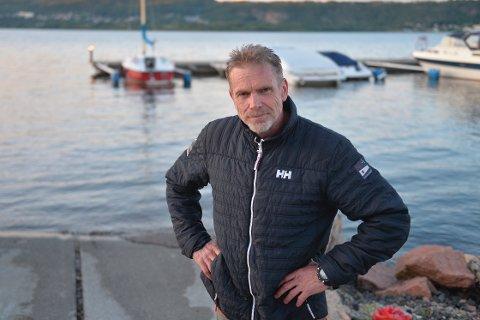 MÅTTE SVØMME: Marius Hyldetoft fikk seg en ufrivillig svømmetur da båten sank etter sjøsetting torsdag kveld.