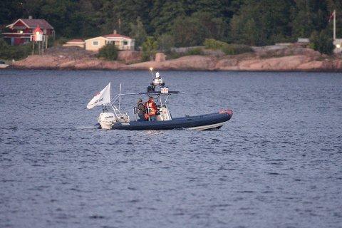 DELTAR: Svelvik Røde Kors deltar i søket med sin egen båt.