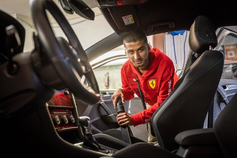 TRIVES I JOBB: I sommer har Zahid hatt sin første sommerjobb og trives godt med å jobbe.