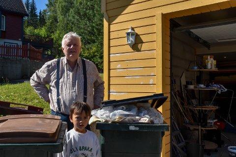 UTØMT: Arvid Kolloen sammen med sønnen Alexander. Kolloen opplevde fredag morgen at søppelbilen kjørte fra hans dunke. I etterkant av hendelsen og før Drammens Tidende tok dette bildet har Kolloen stappet søppelkassen.