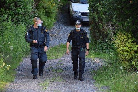 Politiet er på stedet for å finne ut hvem gjerningsmannen kan være og for å etterforske hva som kan ha skjedd.