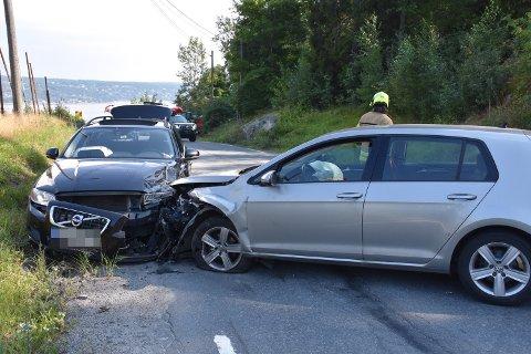 De to bilene har krasjet i Storsandveien i gamle Hurum.