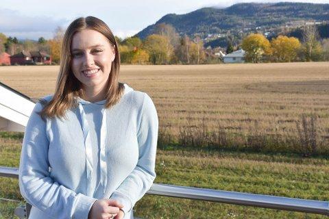 KREVER MYE INNSATS: Silje Regine Bråthen (26) fra Mjøndalen gir i høst ut sin tredje bok, både som forfatter og utgiver. – Det krever veldig mye innsats, sier hun til Drammens Tidende.