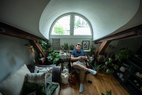 """HOBBY PÅ FULLTID: I ti år har strikking vært Simen Ødegaard sin hobby. Tidligere i år fikk han jobbtilbud som butikksjef hos """"Rett og Vrang"""" og nå driver han med hobbyen på fulltid."""