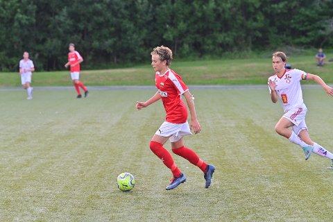 I GANG:  Herman Liverud Knudsen (t.v.) og Konnerud G19 spilte den første offsielle kretskampen i lokal breddefotball i koronatid. Det ble 5-1-seier mot Kongsberg i begynnelsen av august.