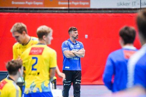 FRUSTRERT: DHK-trener Kristian Kjelling var ikke fornøyd med prestasjonen mot Fyllingen i Drammenshallen onsdag kveld. Det ble uavgjort.
