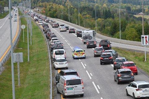 Det er lange køer på E18 etter ulykken.