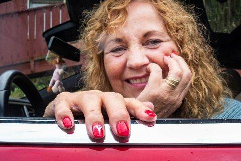 """Vigdis Margrethe Løver fra Skotselv er en av lederne i """"Tesladamene"""" på Facebook. Her er fingernegler og bilfarge matchet, akkurat slik hun liker det."""