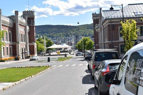 MER PENGER INN: Det kommunalt eide parkeringsselskapet Dpark har økt både inntektene og egenkapitalen de siste årene. Bildet er tatt i Kirkegata i mai og er ment som en illustrasjon. Foto: Mathilde Torsøe
