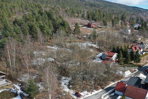 SOLGT HALVPARTEN: På denne tomta i Solbergelva skal Liebakk Eiendom bygge 46 boliger. Elleve av 23 leiligheter ved første salgstrinn har fått nye eiere.