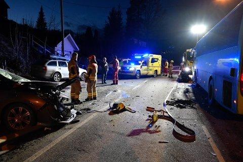 DØDE: Én person døde etter en frontkollisjon mellom en bil og en buss ved Solumstrand i januar.