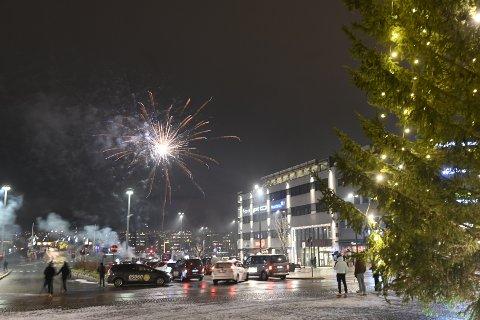 Det var ikke like mye liv på Bragernes torg i år som i fjor da fyrverkeriet ble skutt opp ved midnatt – naturlig nok.